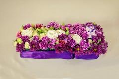 在婚礼桌上的美好的花构成 库存照片