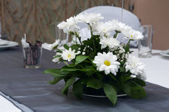 在婚礼桌上的花的布置 库存图片