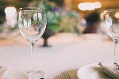在婚礼桌上的玻璃 库存图片