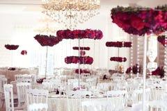 在婚礼桌装饰安排的美丽的花 免版税库存图片