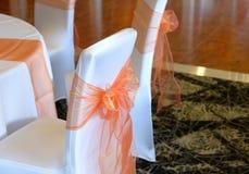 在婚礼椅子的弓 免版税库存图片