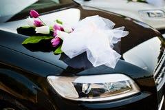 在婚礼汽车的装饰花 免版税库存照片