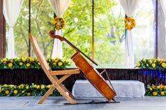 在婚礼的大提琴 免版税库存照片