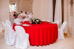 在婚礼的客人桌,装饰用花束和设置 库存照片