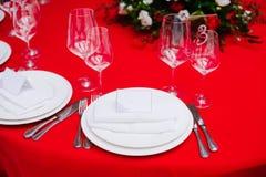 在婚礼的客人桌,装饰用花束和设置 免版税库存照片