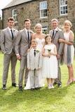 在婚礼的家庭小组 免版税库存照片
