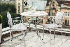 在婚礼的新郎和新娘椅子 图库摄影