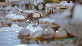 在婚礼的棒棒糖 许多种类在桌上的点心 股票视频