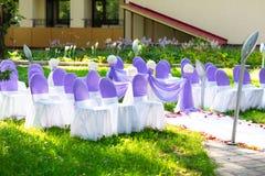在婚礼的椅子 装饰 免版税图库摄影