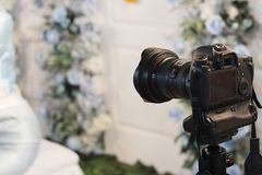 在婚礼的照相机站立的工作 库存图片