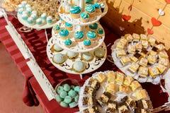 在婚礼的甜食家自助餐桌在蓝色口气 库存照片