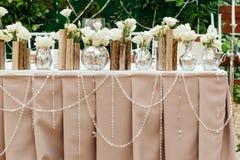 在婚礼的美丽的装饰 在委员会的背景的花 库存图片