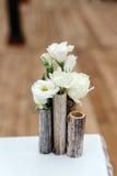 在婚礼的美丽的装饰 白花的安排,在花瓶用茅草盖 特写镜头 免版税库存照片