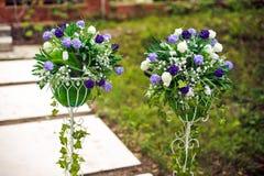 在婚礼的花的布置 免版税库存图片