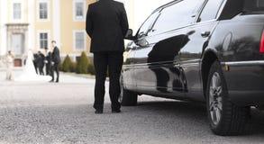 在婚礼的黑大型高级轿车 免版税图库摄影