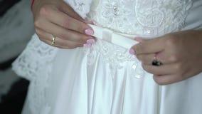 在婚礼礼服的年轻新娘定象传送带 股票视频
