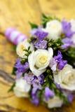 在婚礼聚会的美丽的新娘花束 库存照片