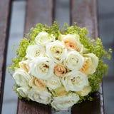 在婚礼聚会的美丽的新娘花束 免版税库存图片