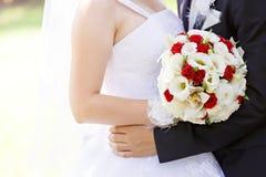 在婚礼聚会的美丽的新娘花束 免版税库存照片