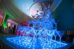 在婚礼聚会的香宾玻璃金字塔 杯塔酒 免版税库存图片