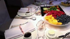 在婚礼自助餐桌上的不同的新鲜水果 婚姻桌装饰的果子和莓果 婚姻,新年 影视素材