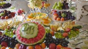 在婚礼自助餐桌上的不同的新鲜水果 婚姻桌装饰的果子和莓果 自助餐招待会果子 影视素材