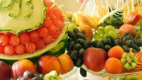 在婚礼自助餐桌上的不同的新鲜水果 婚姻桌装饰的果子和莓果 自助餐招待会果子 股票视频