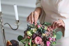 在婚礼自助餐桌上的成熟无花果 库存图片