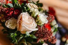 在婚礼花束的精美白色和桃子玫瑰 库存图片