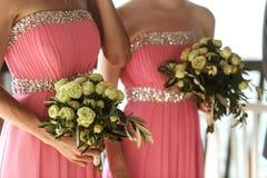 在婚礼花束的美丽的新鲜的玫瑰在女傧相递分类 免版税库存图片