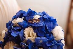 在婚礼花束的金戒指 免版税库存照片
