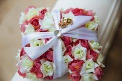 在婚礼花束的金戒指 免版税图库摄影