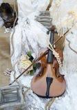 在婚礼装饰的葡萄酒小提琴 库存图片