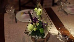 在婚礼装饰的Florarium在餐馆 股票视频