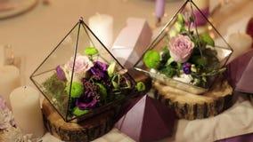 在婚礼装饰的Florarium在餐馆 股票录像