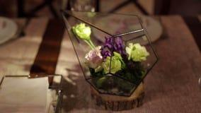 在婚礼装饰的Florarium在餐馆 影视素材