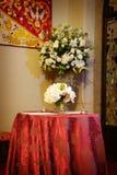 在婚礼里面的美丽的教会花 图库摄影
