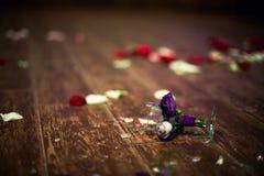 在婚礼,不幸的传统期间的残破的玻璃 免版税库存照片