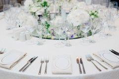 在婚礼宴会的正式餐具 图库摄影
