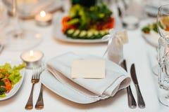 在婚礼宴会的表设置 装饰花 免版税库存照片