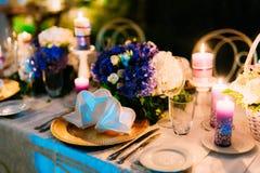 在婚礼宴会的表设置 装饰花 免版税库存图片