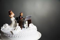 在婚宴喜饼的新娘和新郎 免版税库存照片