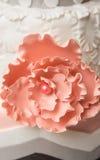 在婚宴喜饼的桃红色花 免版税库存图片