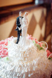 在婚宴喜饼的经典小雕象新婚佳偶 库存照片