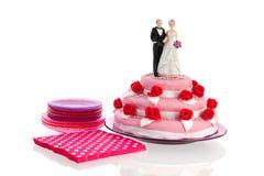 在婚宴喜饼顶部的夫妇 免版税图库摄影