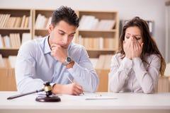 在婚姻离婚概念的年轻家庭 免版税库存照片