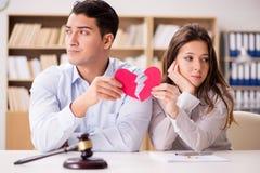 在婚姻离婚概念的年轻家庭 免版税库存图片