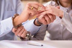 在婚姻离婚概念的年轻家庭 免版税图库摄影