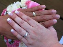 在婚姻的人种间手 免版税库存照片