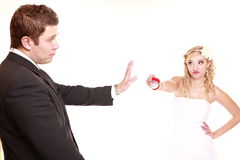在婚姻的第一次危机。婚礼夫妇关系困难。 免版税库存图片